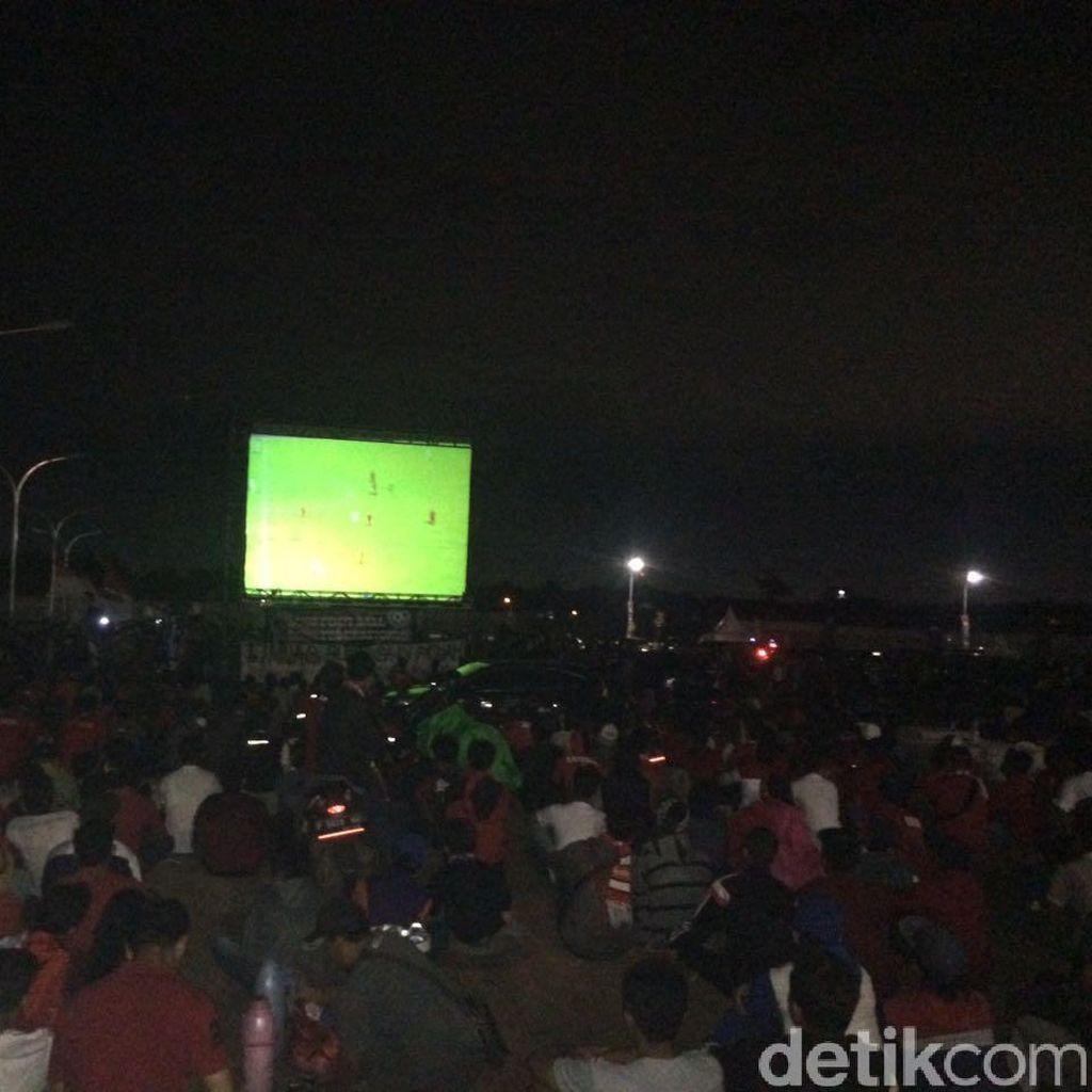 Ribuan Suporter Ramaikan Nobar di Luar Stadion Pakansari