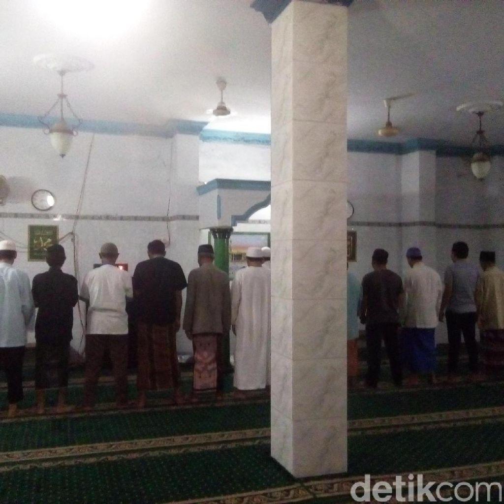 Kubah Masjid di Cipinang Roboh, Warga Tetap Antusias Tunaikan Salat