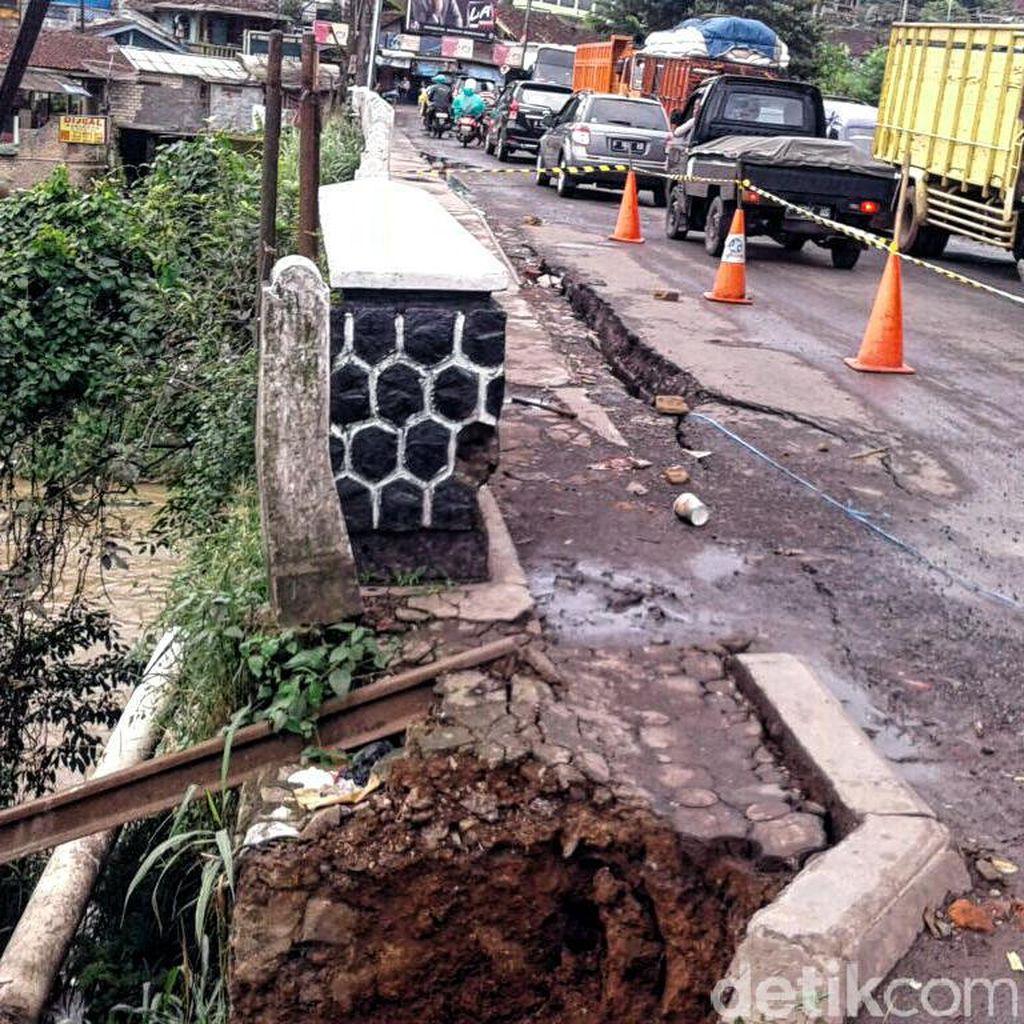 Retakan di Bahu Jembatan Pamuruyan Kian Memanjang