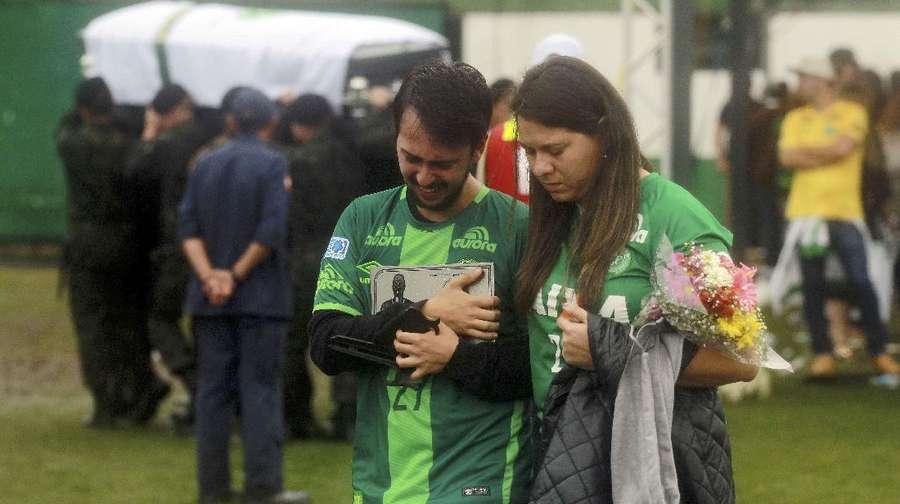 Hujan dan Air Mata Iringi Kedatangan Peti Jenazah Para Pemain Chapecoense