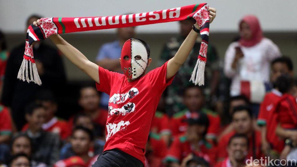 Kebersamaan Suporter Indonesia dan Vietnam