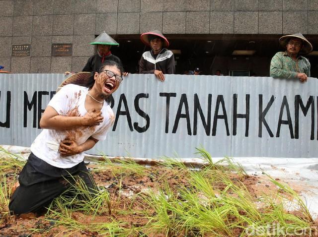Greenpeace Aksi Tanam Padi di Depan Kedubes Jepang