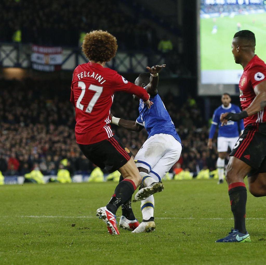 Semasa di Everton, Fellaini Dijauhkan dari Kotak Penalti Sendiri