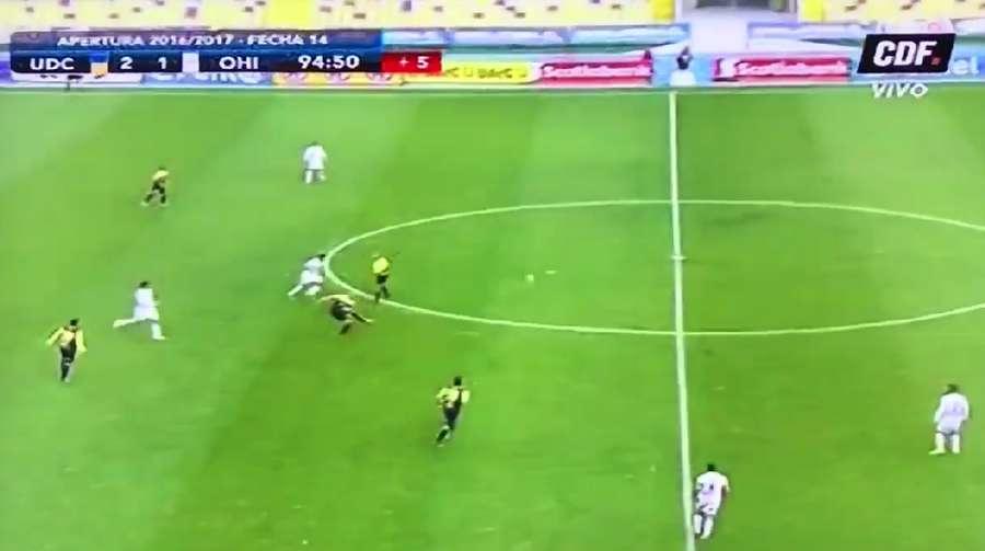 Pemain Ini Bikin Gol Keren dari Jarak 60 Meter... dengan Mata Terpejam