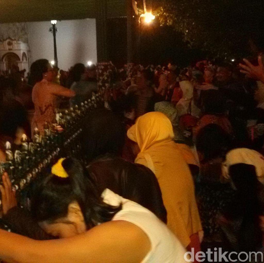 Tradisi <i>Udhik-udhik</i>, Ribuan Warga Yogyakarta Berebut Uang Logam dari Keraton