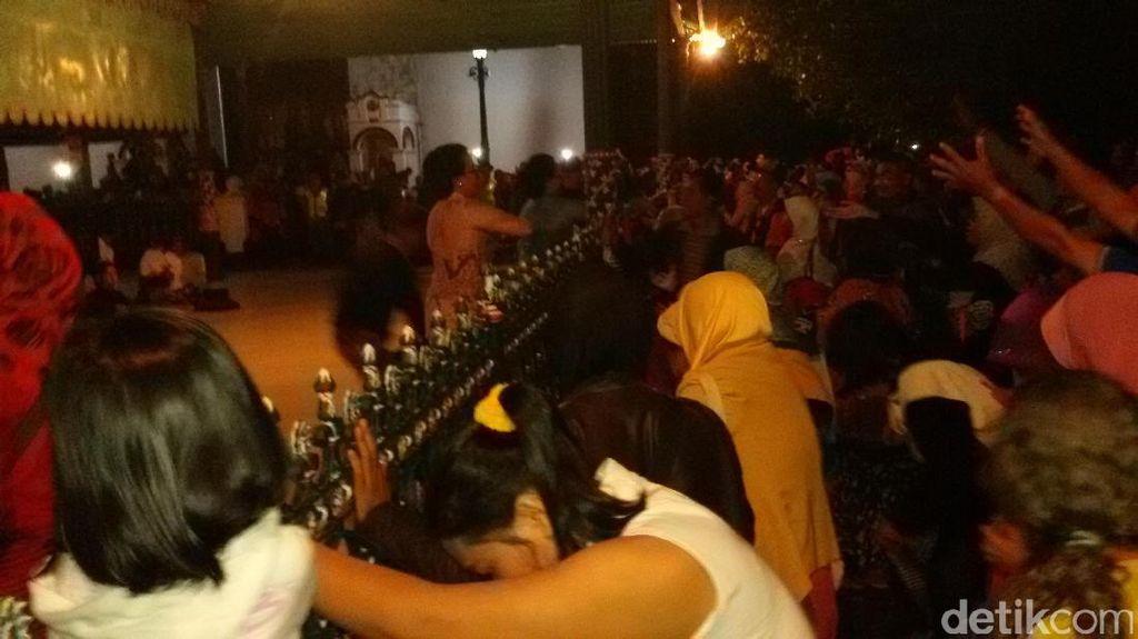 Tradisi Udhik-udhik, Ribuan Warga Yogyakarta Berebut Uang Logam dari Keraton