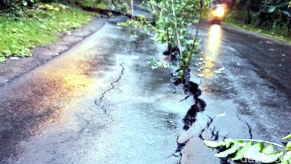 Sejumlah Titik Jalan Aspal di Palabuhanratu Sukabumi Retak