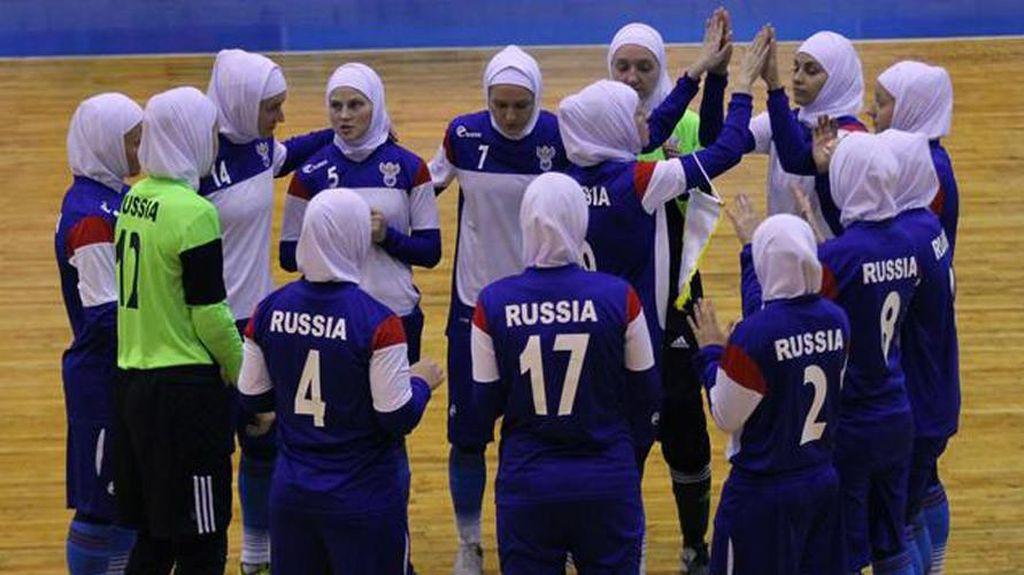 Ketika Para Gadis Rusia Berhijab Saat Main Futsal di Iran
