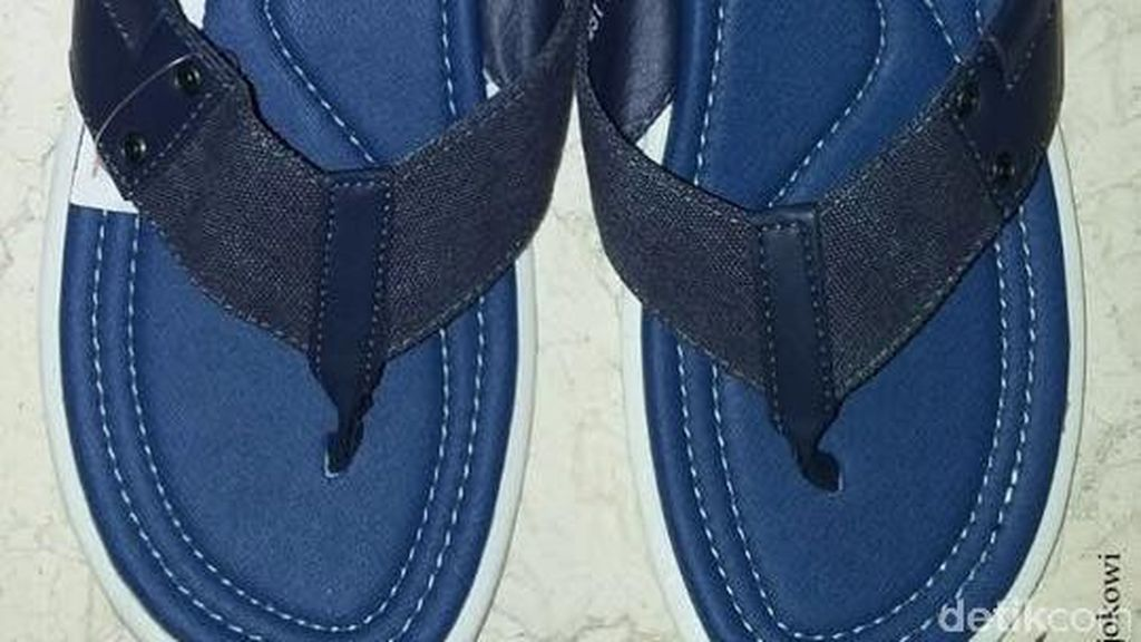 Sandal Warna Biru Ramai Dibahas, Jokowi: Bukan Mau Nyindir yang Biru-biru