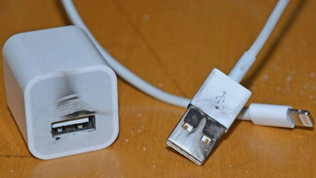 Hati-hati Pakai Charger iPhone Palsu, Bisa Kesetrum!