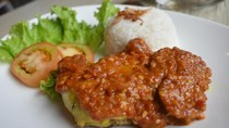 Amypond Cafe: Pedas Juicy, Ayam Penyet yang Dimasak dengan Teknik Confit