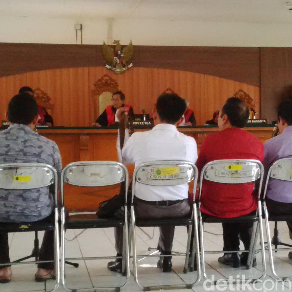 Empat Anggota DPRD Cirebon Tampil Santai Saat Sidang Kasus Judi