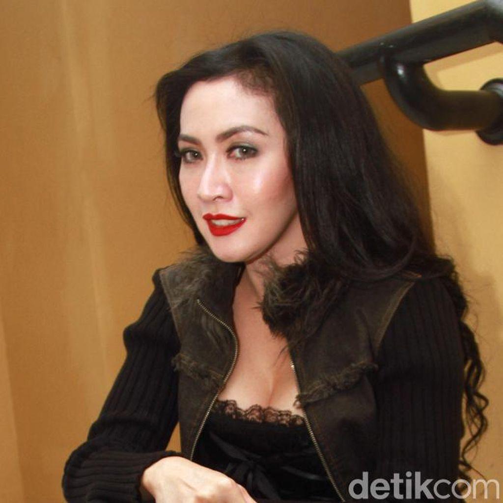 Pesona Istri Rommy Rafael dalam Busana Serba Hitam