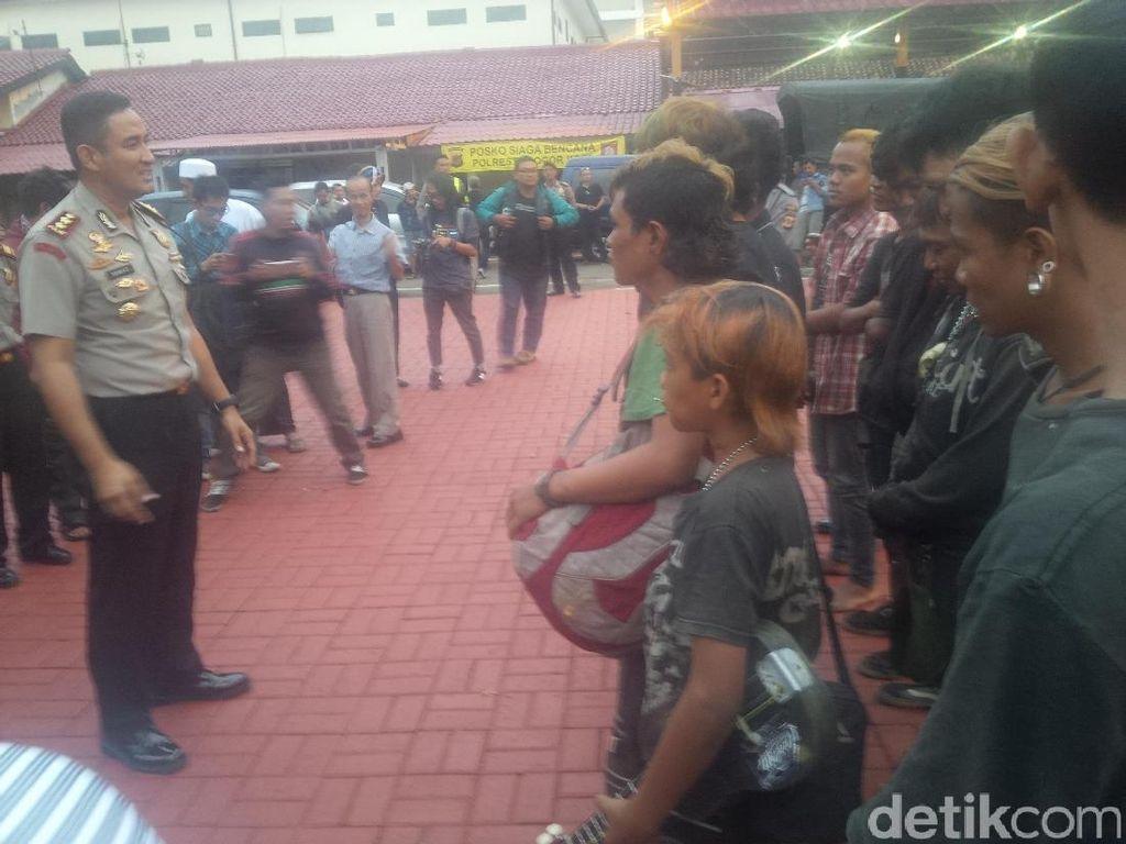 Terjaring Operasi Preman, 14 Pemuda Ini Dihukum Menyanyikan Indonesia Raya