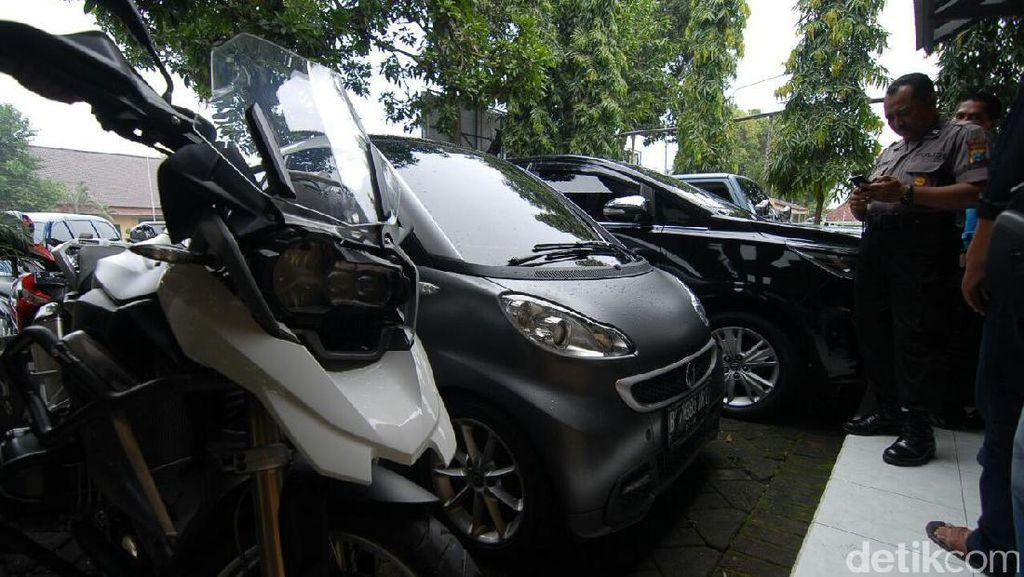 KPK Sita 3 Mobil dan 1 Moge BMW dari Rumah Sekda Jombang