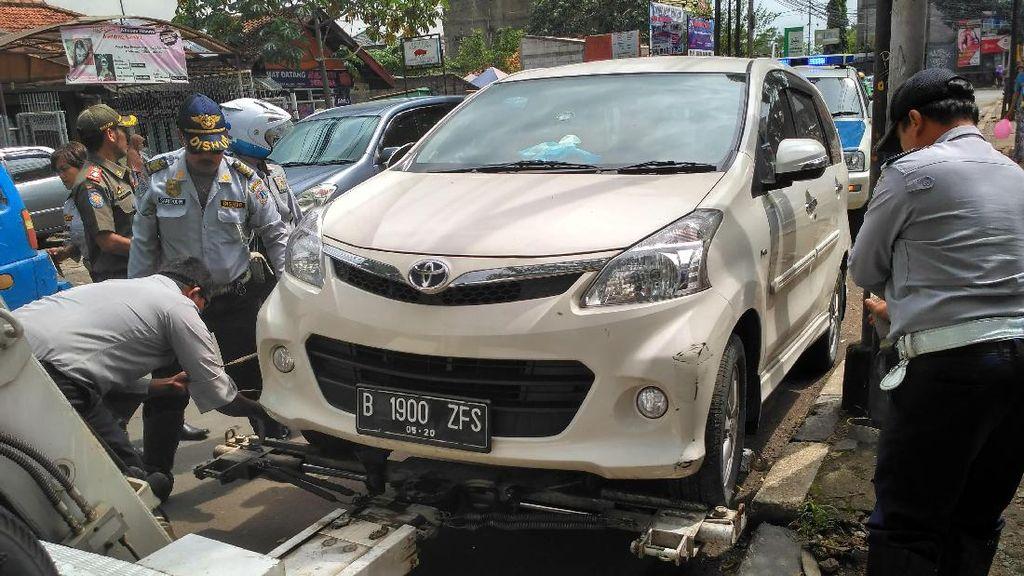 Parkir Liar di Pondok Labu Ditertibkan, Enam Mobil Diderek