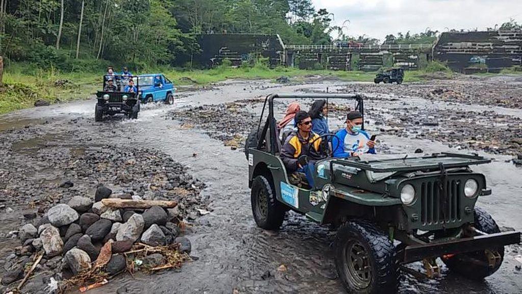 Serunya Menapaki Jejak Lava Merapi dari Atas Jeep