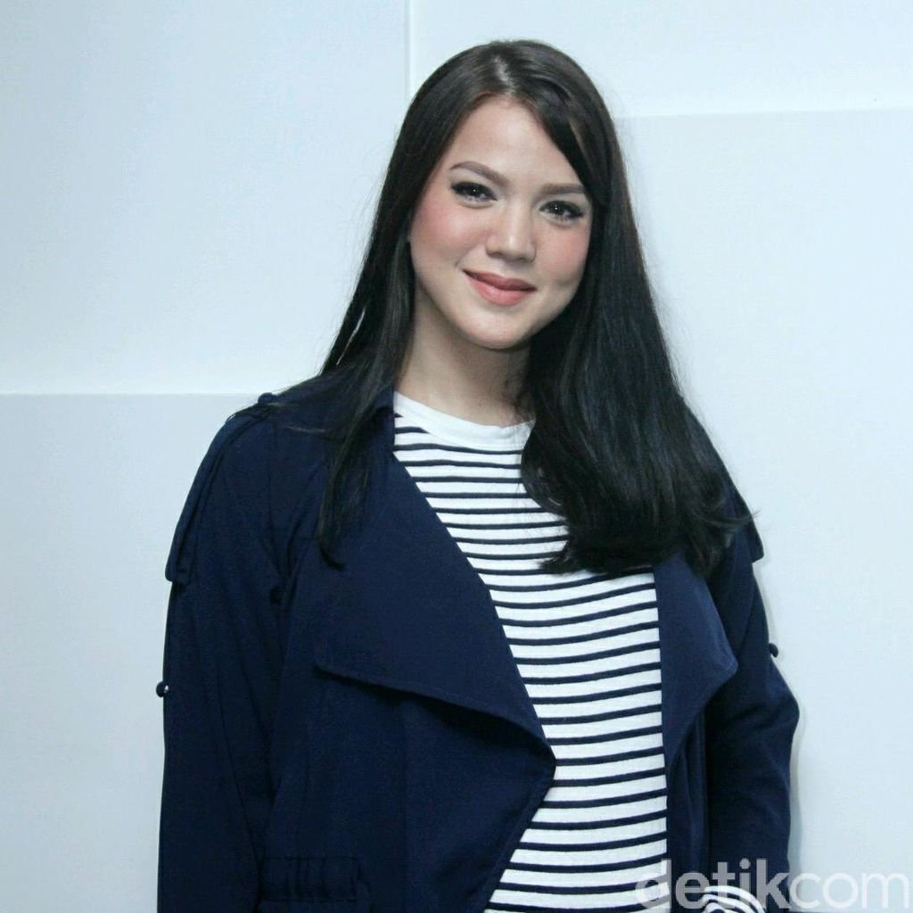 Hamil Besar, Alice Norin Suka Banget Baju Belang-belang
