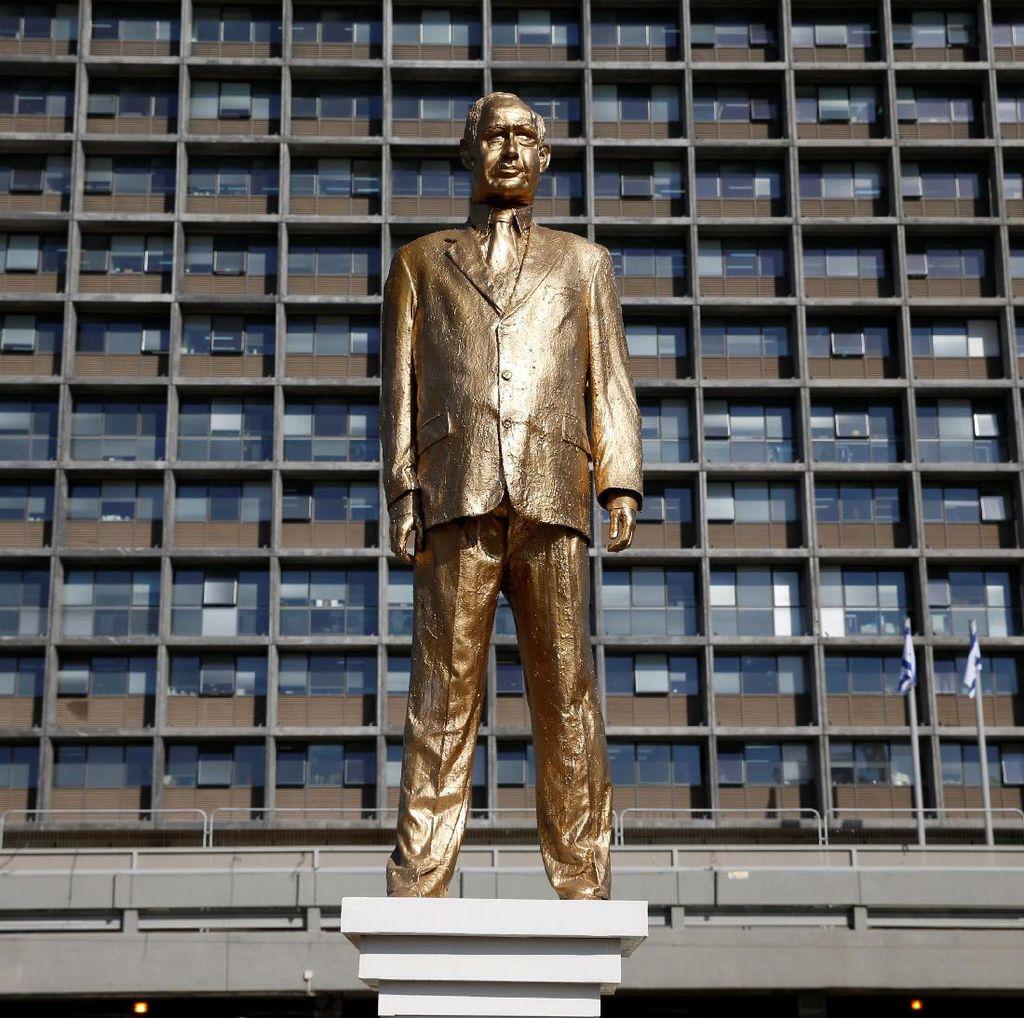 Patung Berlapis Emas PM Netanyahu Tiba-tiba Muncul di Alun-alun Tel Aviv