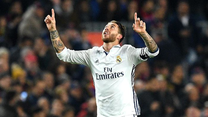 BARCELONA, SPAIN - DECEMBER 03:  Sergio Ramos of Real Madrid celebrates scoring his teams first goal during the La Liga  match between FC Barcelona and Real Madrid CF at Camp Nou on December 3, 2016 in Barcelona, Spain.  (Photo by David Ramos/Getty Images)