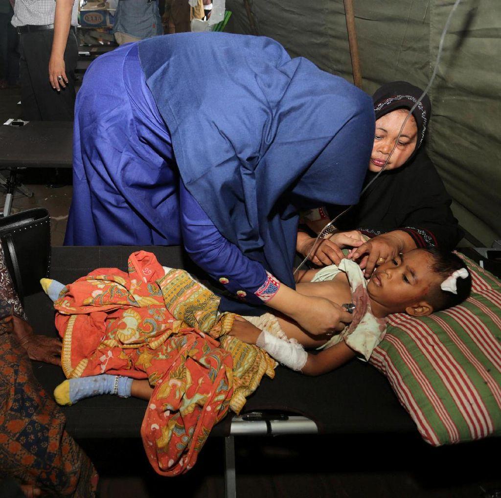 Korban Gempa Aceh Dirawat di Tenda Darurat