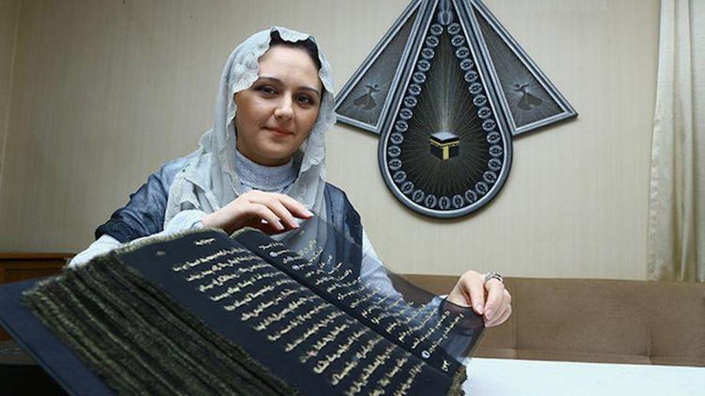 Habiskan Waktu 3 Tahun, Seniman Azerbaijan Salin Al Quran di Atas Kertas Sutra