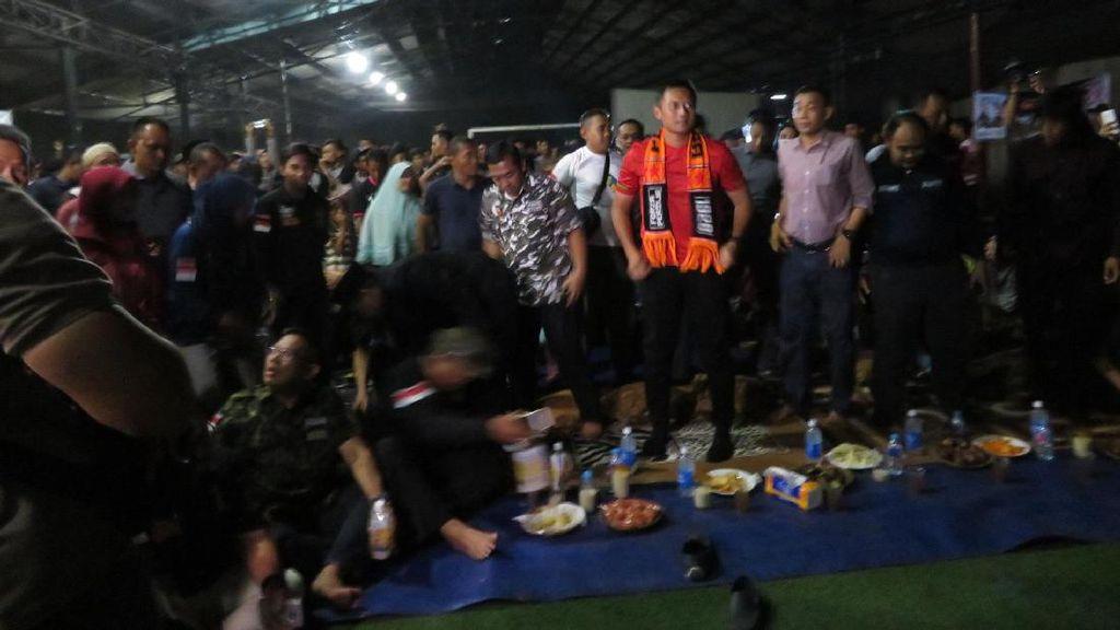 Semangatnya Agus Yudhoyono Nobar Laga Indonesia Vs Vietnam Bersama Warga