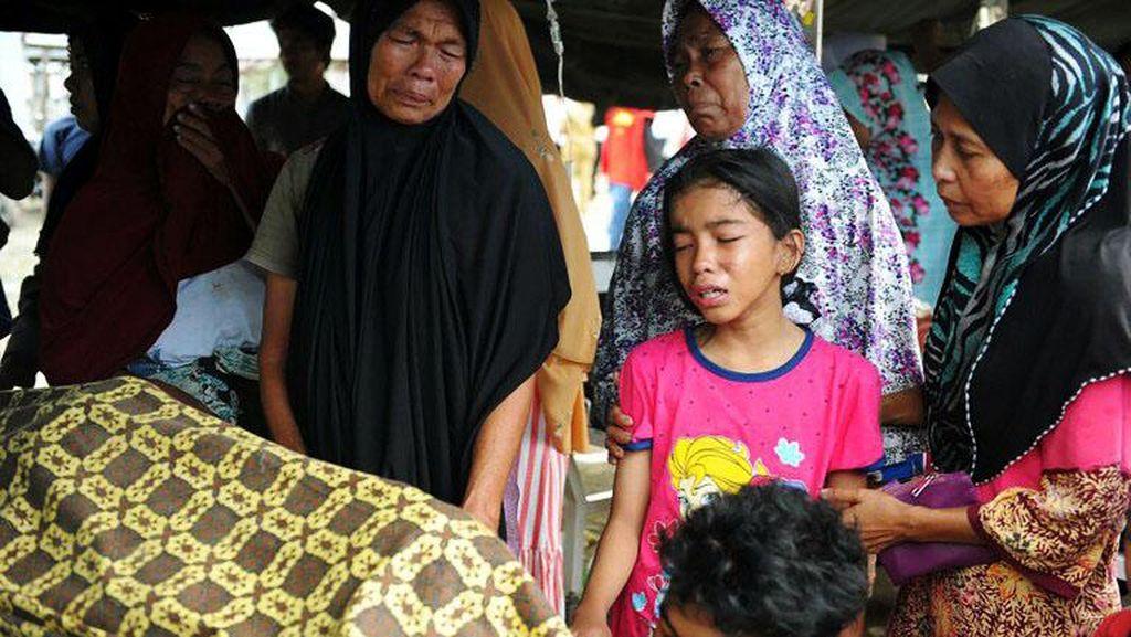 Tangis Keluarga Korban Tewas Gempa Aceh