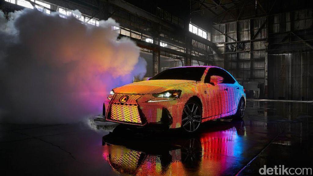 Keren! Dipenuhi 40.000 LED, Warna Bodi Lexus IS Ini Bisa Berubah
