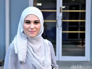 Zee Zee Shahab Pilih Gaya Hijab Simple untuk Lindungi Anak