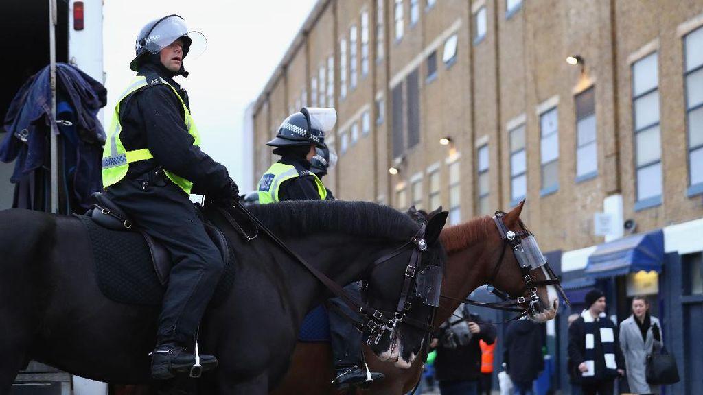 Lempar Hamburger ke Kuda Polisi, Seorang Fans Ditangkap
