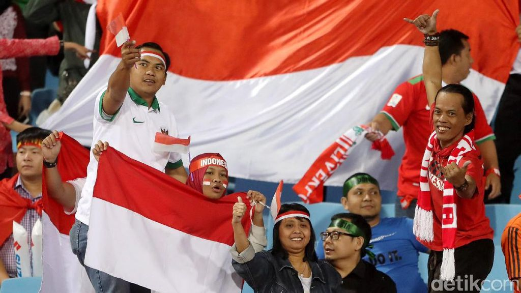 Suporter Indonesia Ramaikan My Dinh National Stadium