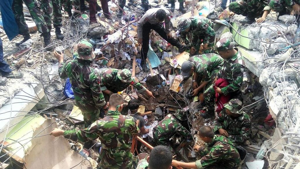 TNI AD Kerahkan Seribu Lebih Personel Bantu Korban Gempa Aceh