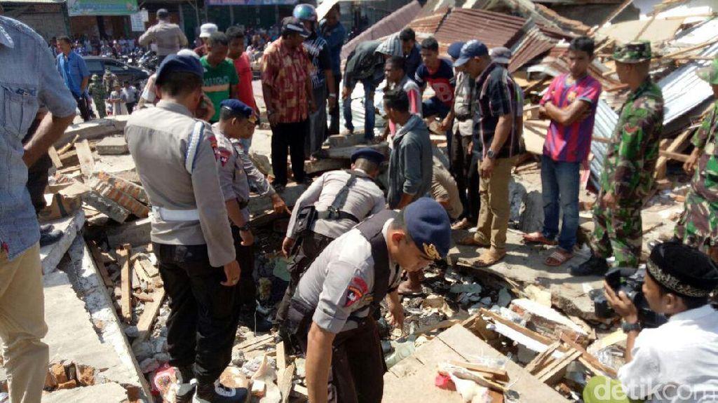 Tim SAR Evakuasi 9 Korban Selamat dari Reruntuhan Bangunan di Pidie Jaya