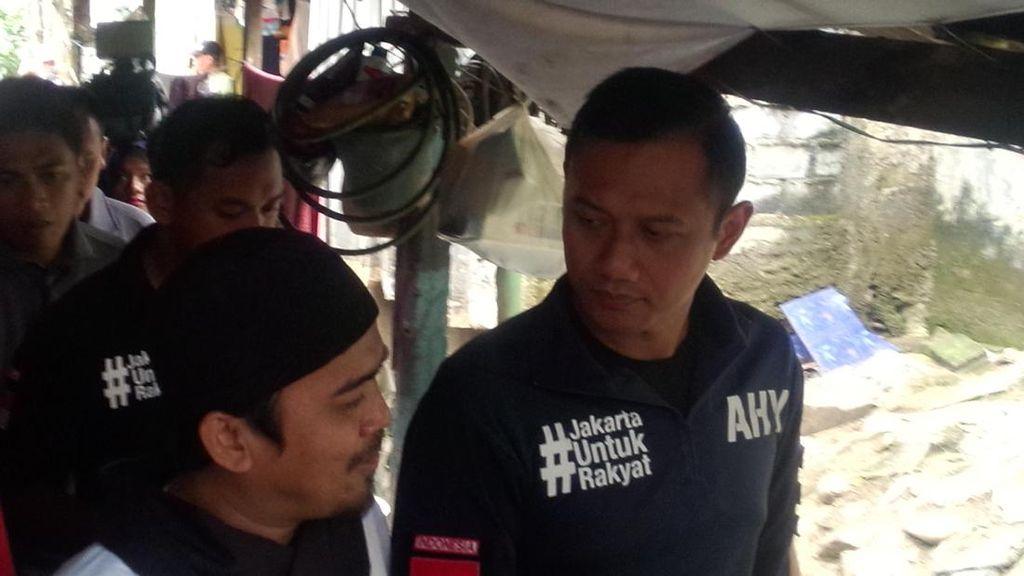 Saat Agus Yudhoyono Dialog dengan Warga Sambil Makan Kerak Telor