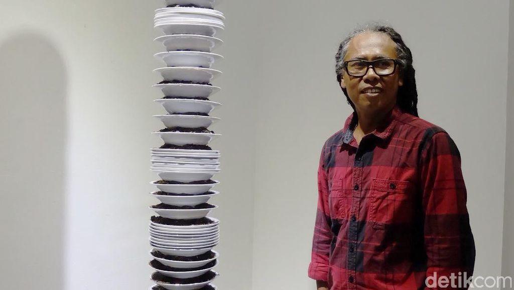 Unik! Tumpukan Piring Isi Bibit Padi Karya Eddi Prabandono