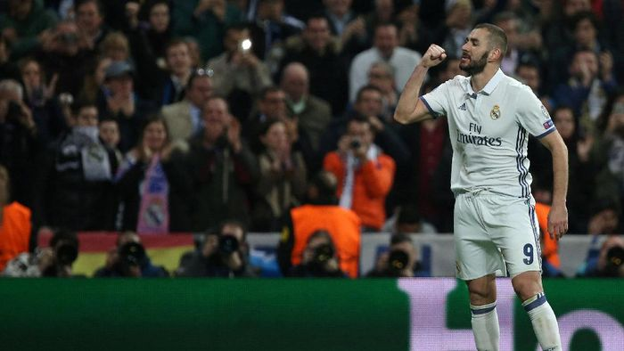 Football Soccer - Real Madrid v Borussia Dortmund - UEFA Champions League - Santiago Bernabeu stadium, Madrid, Spain - 7/12/16 Real Madrids Karim Benzema celebrates his second goal during the match. REUTERS/Juan Medina