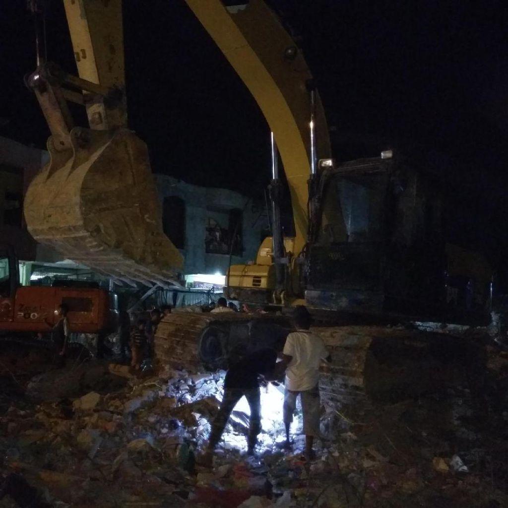 Pemilik Toko Cari Barang di Balik Reruntuhan Toko di Pidie Jaya
