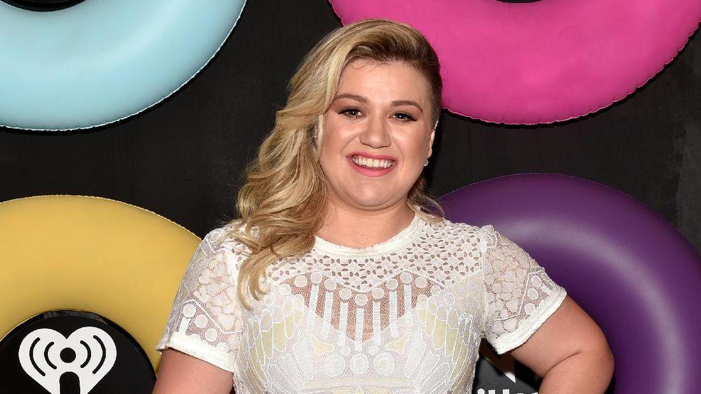 Kelly Clarkson Sering Disangka Carrie Underwood, Miripkah?