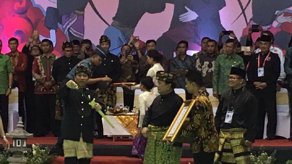 Keris Bersarung Emas dari Prabowo untuk The Great Warrior Jokowi
