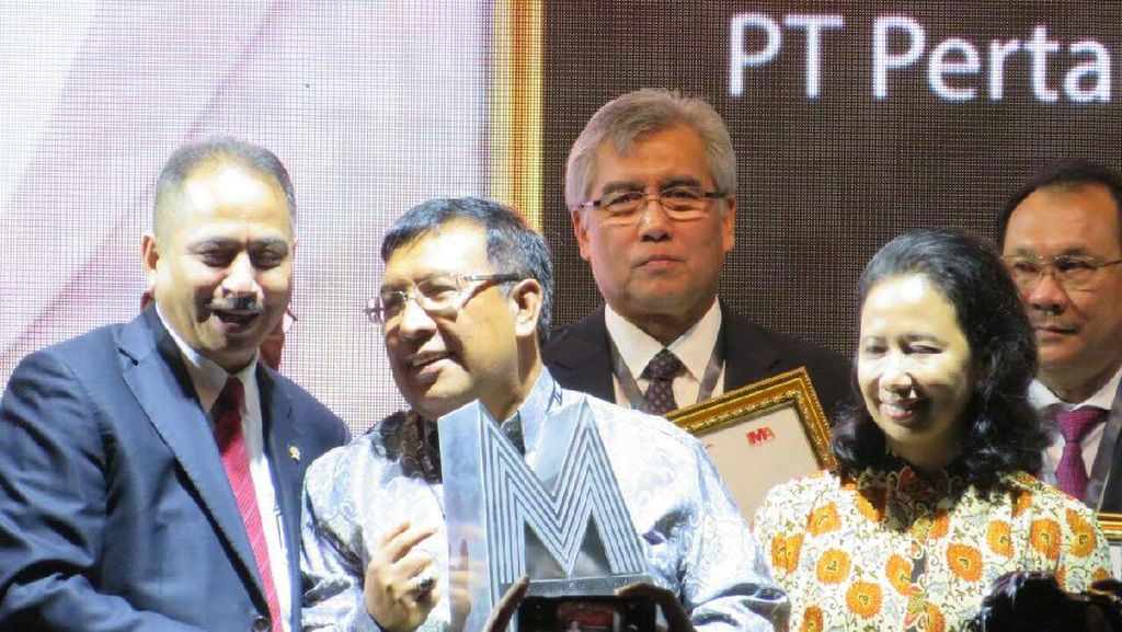 Pasarkan BBM Non Subsidi, Wadirut Pertamina Raih Penghargaan MOTY 2016