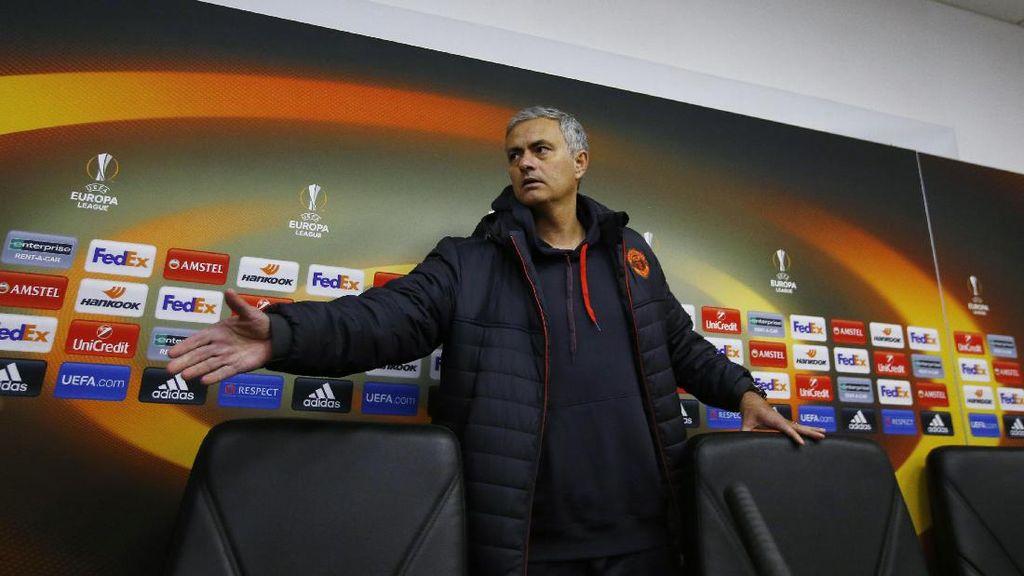 Mourinho Keluhkan Kondisi Lapangan yang Membeku