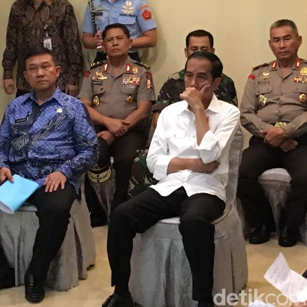 Saat Jokowi Menyimak Serius Penjelasan Teten soal Korban Gempa Aceh