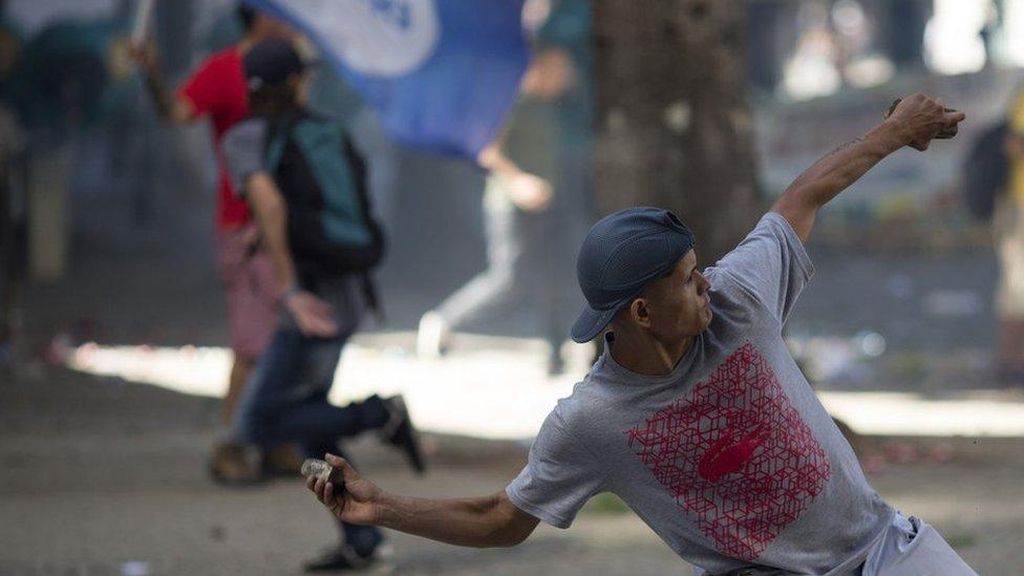 Tak dibayar, Pekerja Brasil Bentrok dengan Pasukan Anti Huru Hara