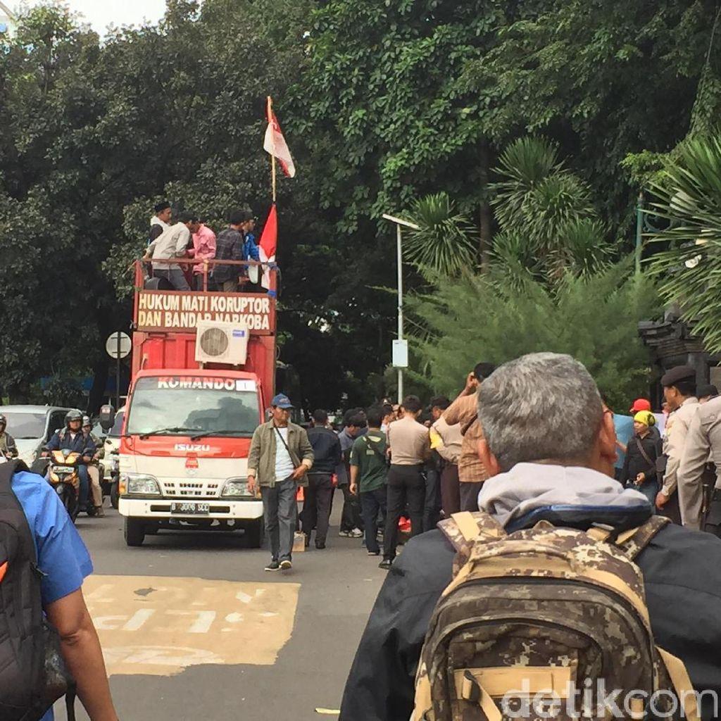 Mahasiswa Demo di Depan Polda Metro, Lalin Arah Blok M Tersendat