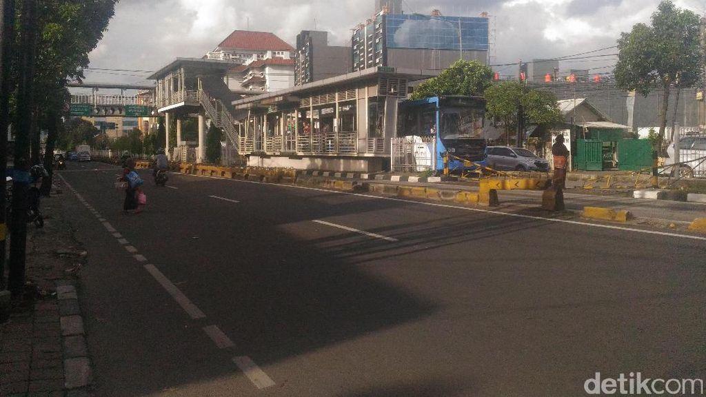 Penyeberang Jalan di Mampang: Bertaruh Nyawa karena Enggan Naik Jembatan