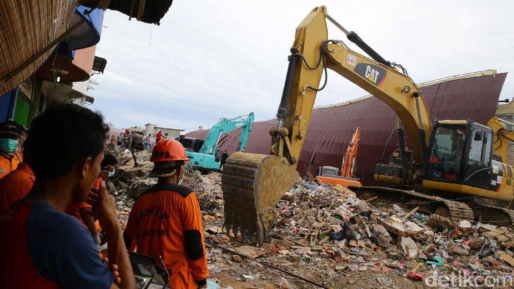 Evakuasi Korban Gempa di Pasar Meureudu Aceh