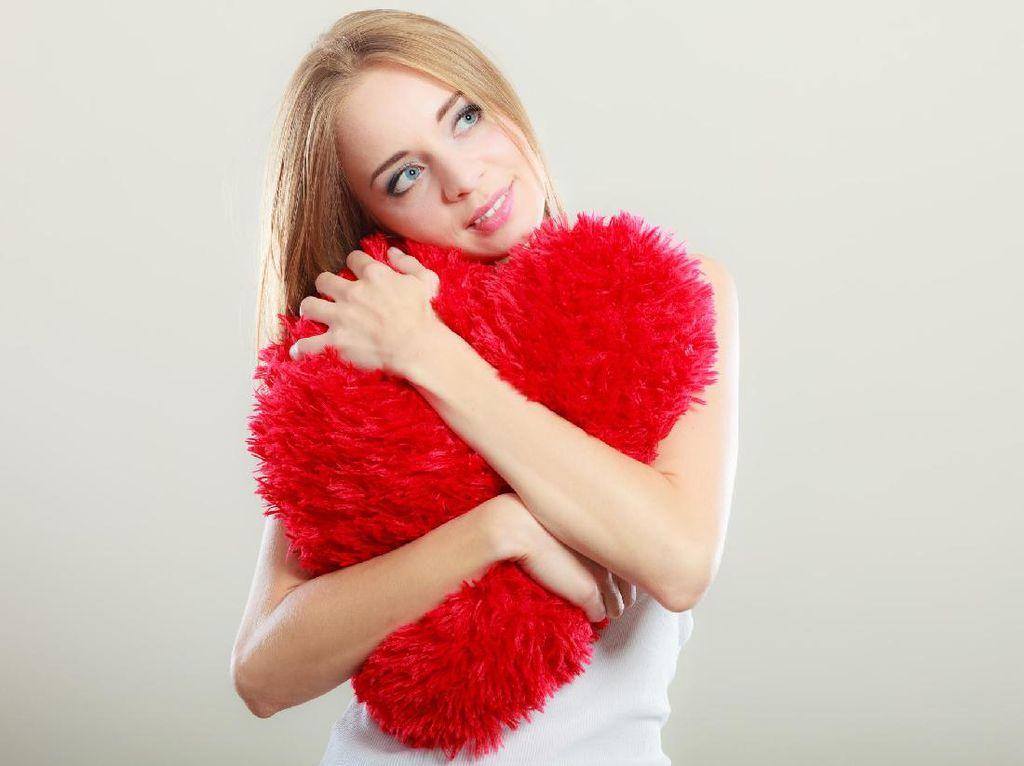3 Fungsi Bantal Untuk Mendukung Posisi Saat Bercinta