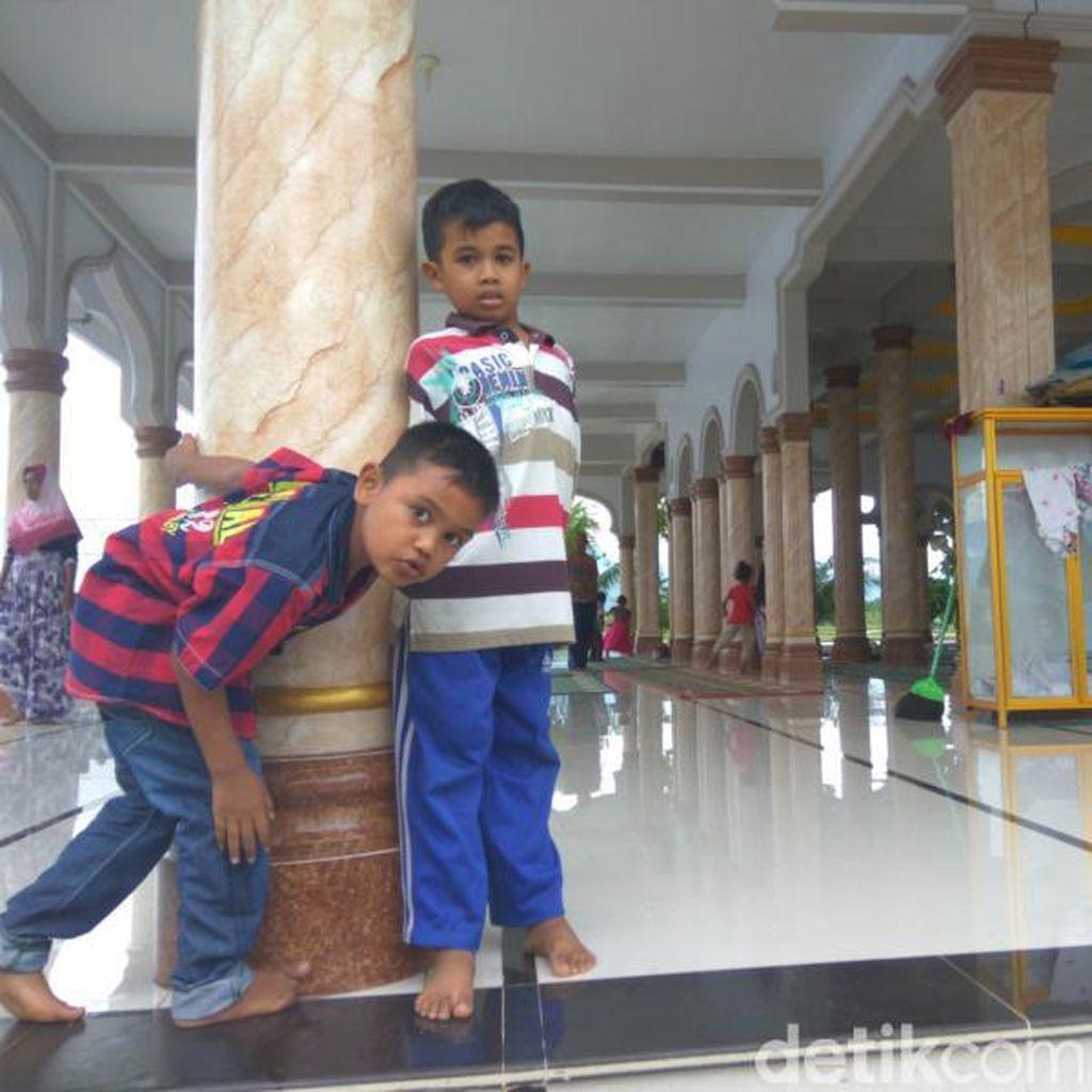 Semangat Anak-anak Korban Gempa Aceh di Pengungsian