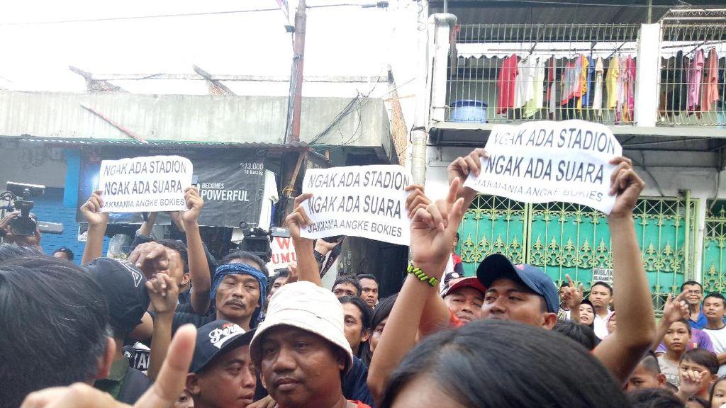 Saat Agus Yudhoyono Dihadang Tulisan Nggak Ada Stadion Nggak Ada Suara